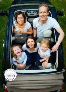 628 x 1200 family in car
